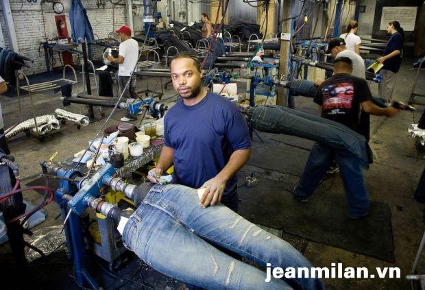 Công đoạn chà giấy nhám tạo vết sờn trên quần jean